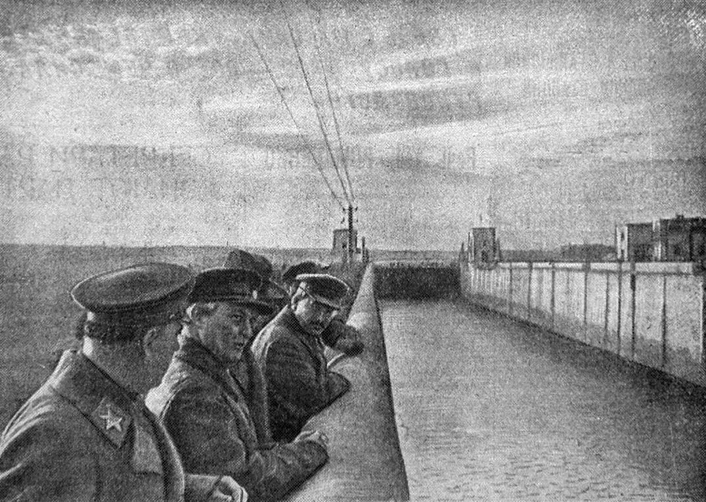1937-04-22 Шлюз 3. Сталин Ворошилов и другие. Фото Ф.Кислова - 1