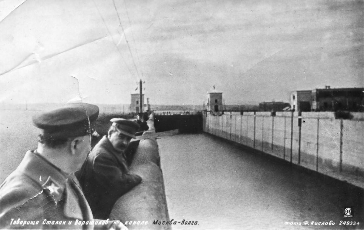 1937-04-22 Шлюз 3. Сталин Ворошилов и другие. Фото Ф.Кислова - открытка
