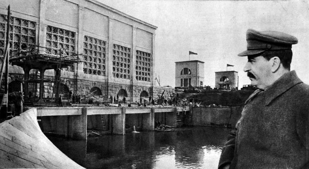 1937-04-22 Сталин как бы осматривает Яхромскую насосную станцию 2