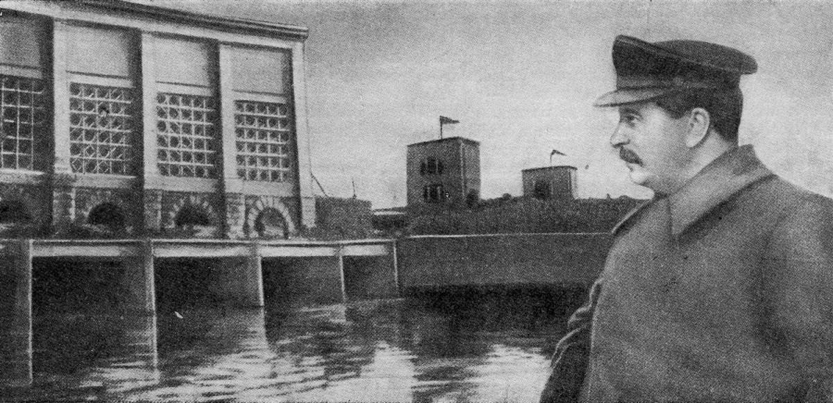 1937-04-22 Сталин как бы осматривает Яхромскую насосную станцию 3