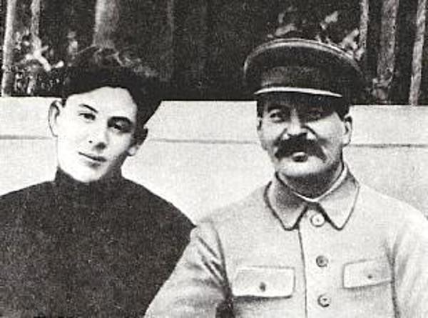 1935 И.В. Сталин с сыном Василием. Ретушированное фото. Н.С. Власик вырезан. На террасе Ближней дачи в Волынском.