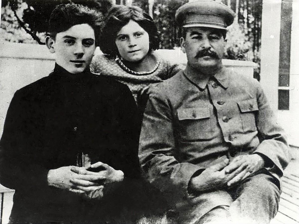 1935 Сталин с детьми Василием и Светланой. На террасе Ближней дачи.