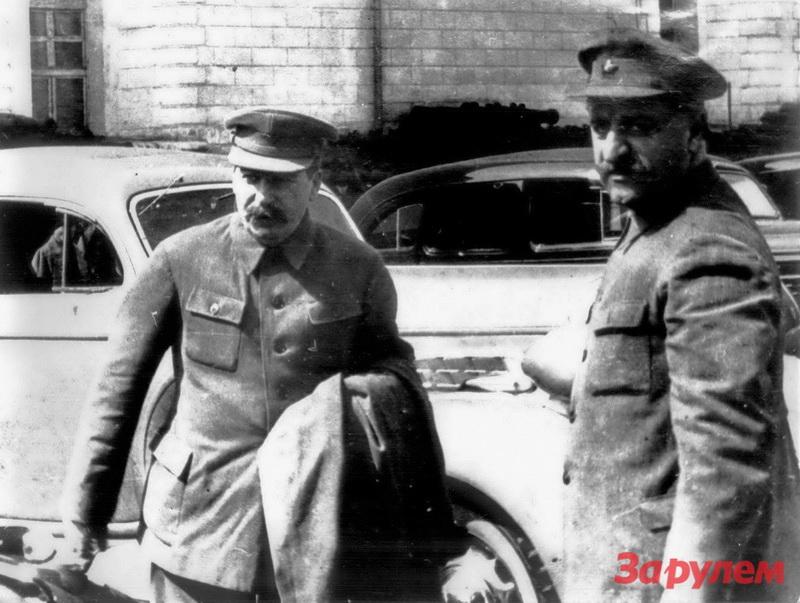 1936-04-29 Кремль. Сталин и Г.К.Орджоникидзе осматривают ЗИС-101. Фото Н.Власика