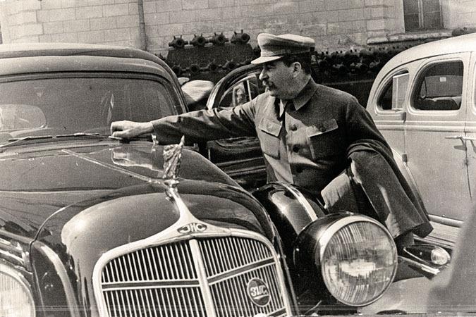1936-04-29 Кремль. Сталин у ЗИС-101. Фото Н.Власика