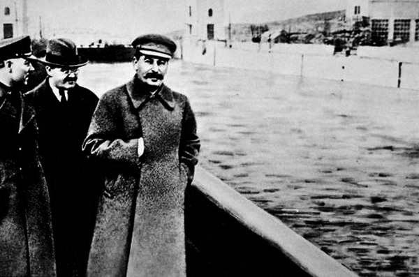 1937-04-22 Ворошилов, Молотов, Сталин и заретушированный Ежов на Строительстве канала Москва-Волга на шлюзе №3. Фото Н.Власика.