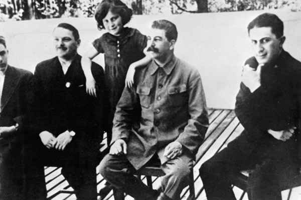 193Х (вторая половина). Ближняя дача. Слева направо: Василий Сталин, А.А. Жданов, Светлана Аллилуева (Сталина), Сталин, Яков Джугашвили.