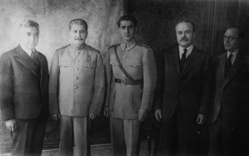 1 декабря 1943 года, Тегеран. Делегация СССР во главе со Сталиным и шахиншах Мохаммед Реза Пехлеви, в канун беседы во дворце шахиншаха. Возможно, что это фотография сделана именно Н.Власиком.
