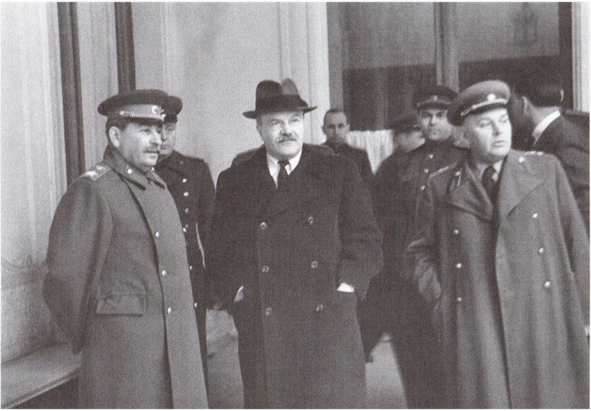 1945-02 Сталин Молотов и и Власик. Ялта. Фото С. М. Гурарий