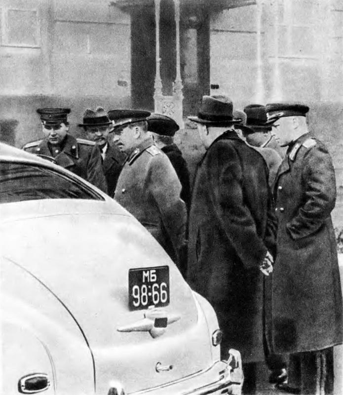 1947-03-28 Кремль. Сталин и члены правительства осматривают Победу. Фото Н.Власика. Из журнала Техника-Молодёжи