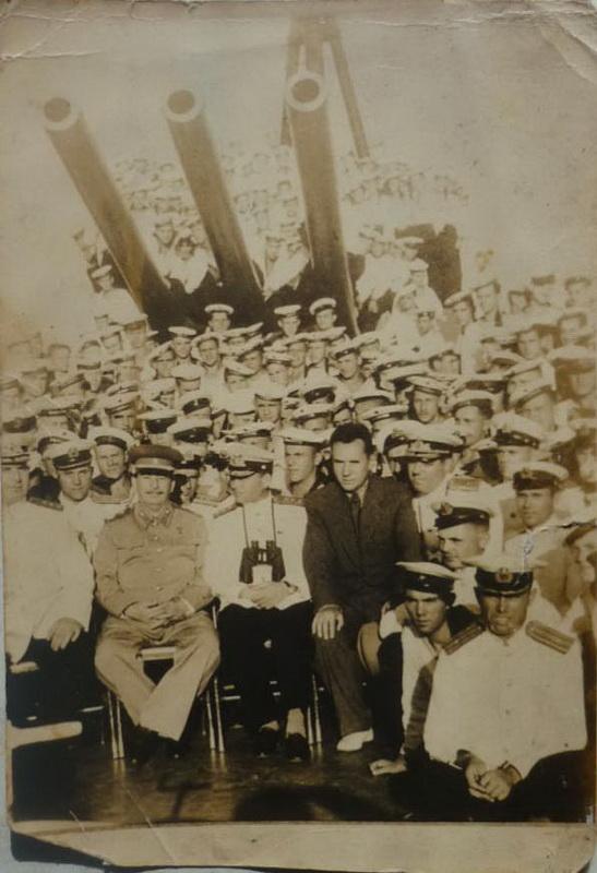 1947-08-19 Крейсер 'Молотов'. Командир капитан 2 ранга Б. Ф. Петров, Сталин и заместитель председателя Совета Министров СССР А. Н. Косыгин