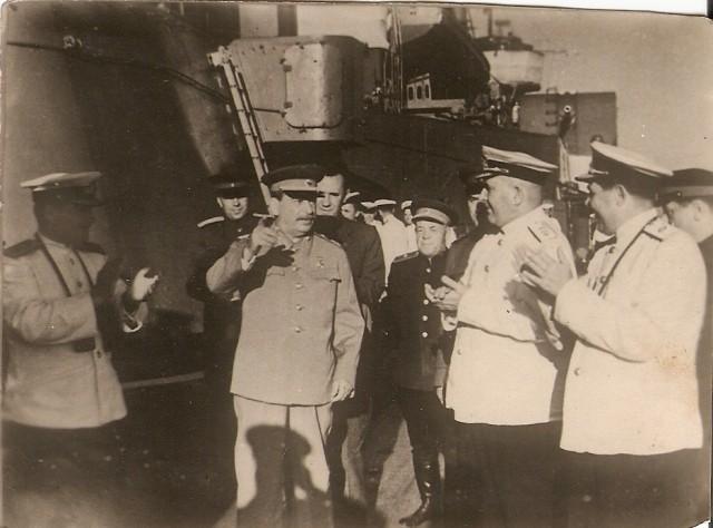 1947-08-19 Крейсер 'Молотов'. И.С.Юмашев, А.Н.Косыгин, И.В.Сталин, А.Н.Поскребышев и адмирал Ф.С.Октябрьский