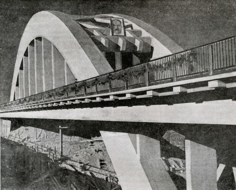 Судя по убранству парапетов ёлочными гирляндами и портретом Кагановича, фото датируется 4 ноября 1935 года, днём приёма моста. Обратите внимание - мост уже есть, а канала ещё нет - под мостом остатки строительных лесов и невынутый грунт.