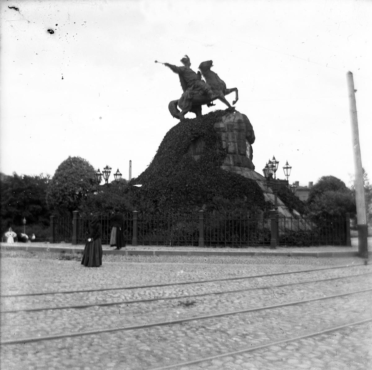 Киев, Софийская площадь, памятник Богдану Хмельницкому. Открыт 11 июля 1888 г