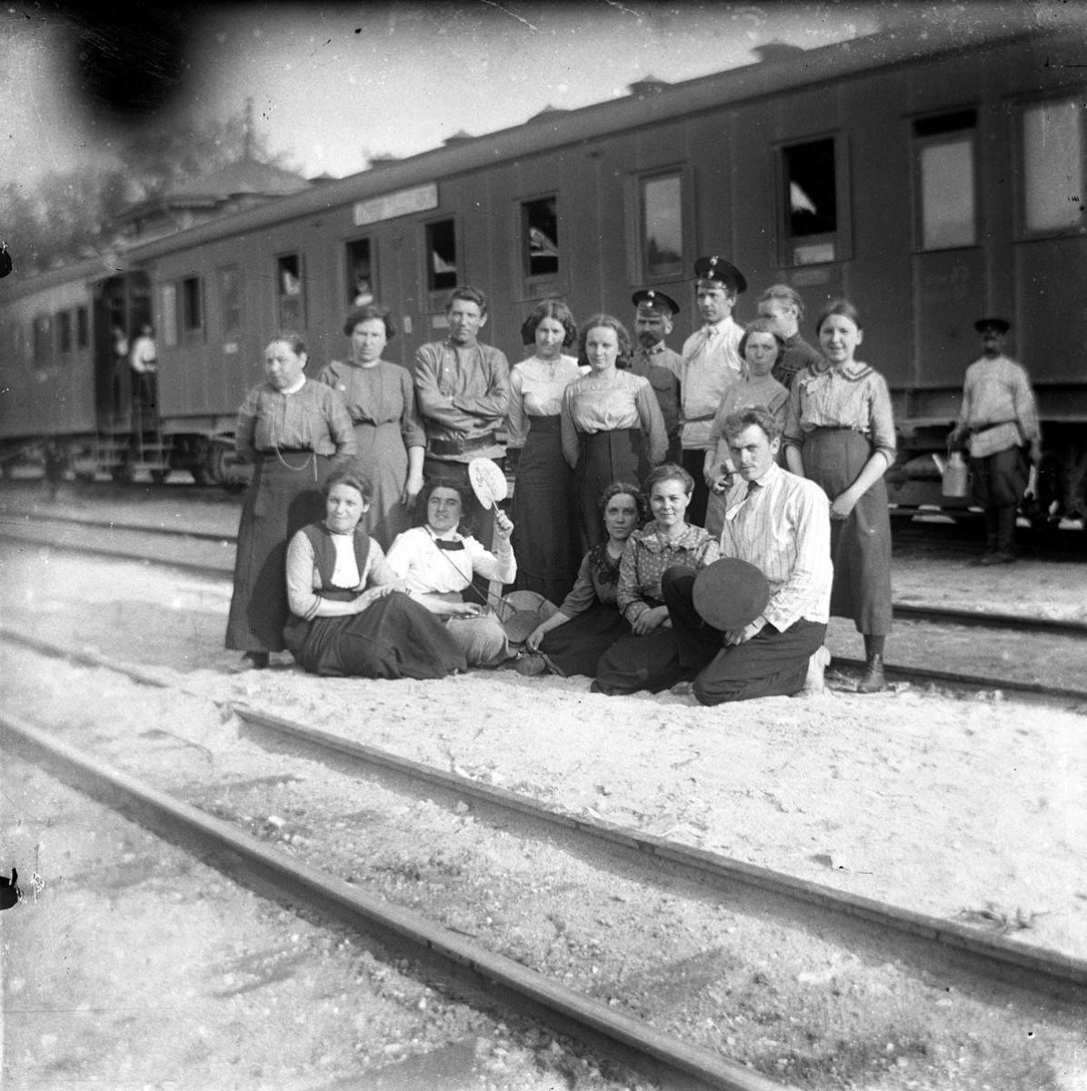 Люди на фоне железнодорожных вагонов
