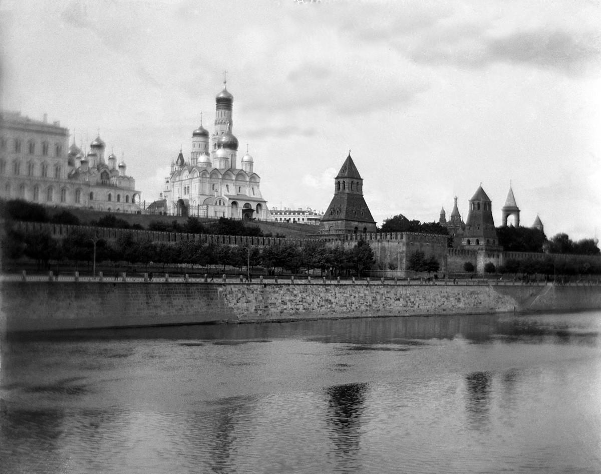 Москва, Кремль, Собор Ивана Великого, вид с Мосвы-реки 1900-1917 (направление съемки - северо-восток)