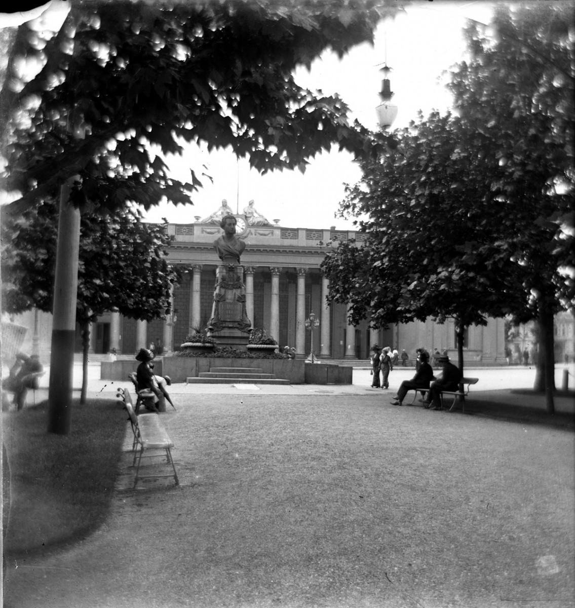 Одесса, Приморский бульвар, памятник Пушкину, сзади здание мэрии. Открыт 16 апреля 1889 г