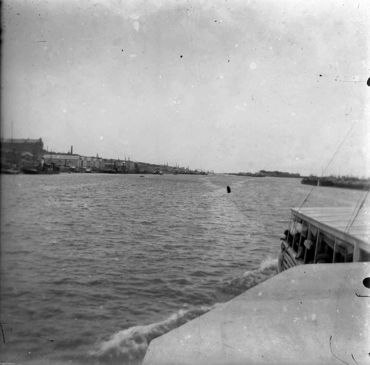 Река, у берегов корабли. Фото с парохода