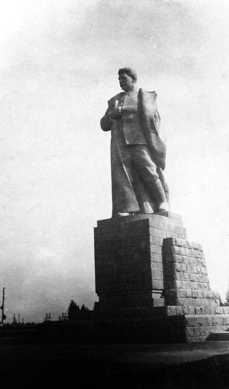 Тот самый монумент, упоминаемый в статье. Скорее всего тоже первая публикация фото. Из коллекции Сергея Гаева.
