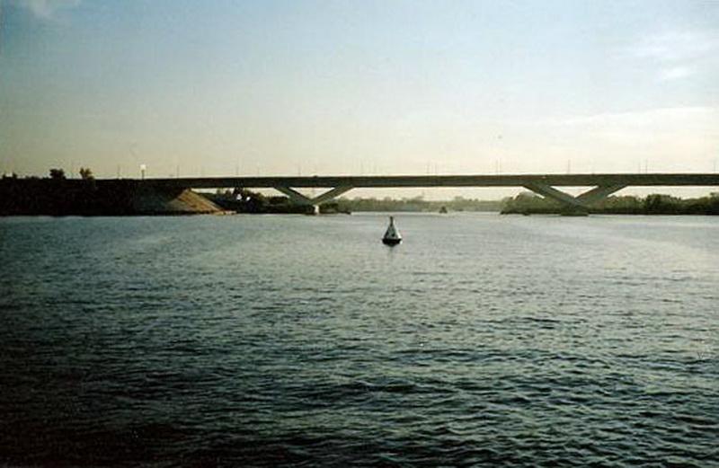 2005 год. Тот самый белый бакен №26. Фото из книги Олега Голобородько.