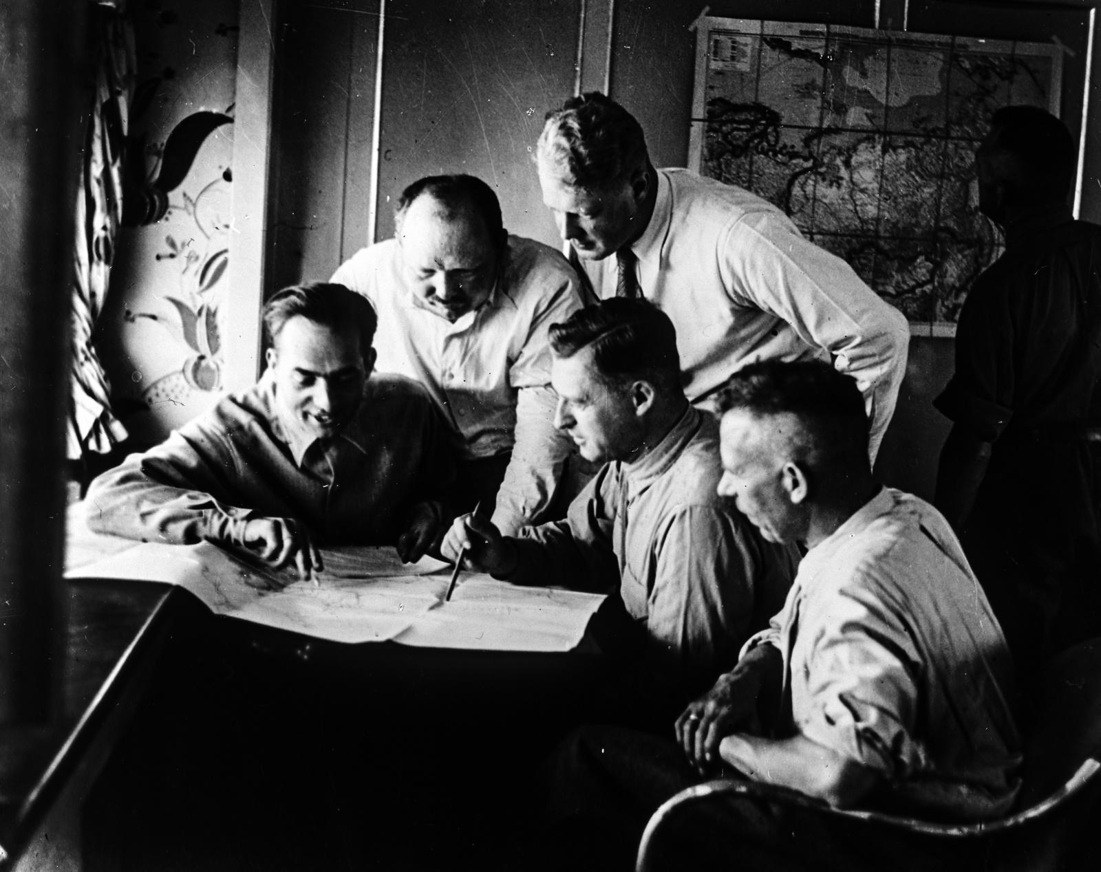 """1931 год. Встреча в лаундже дирижабля """"Граф Цеппелин"""". Слева направо: д-р Людвиг Коль-Ларсен, профессор П.А.Молчанов, фон Шиллер и Кнут Эккенер, сын доктора Эккенера, командира дирижабля."""