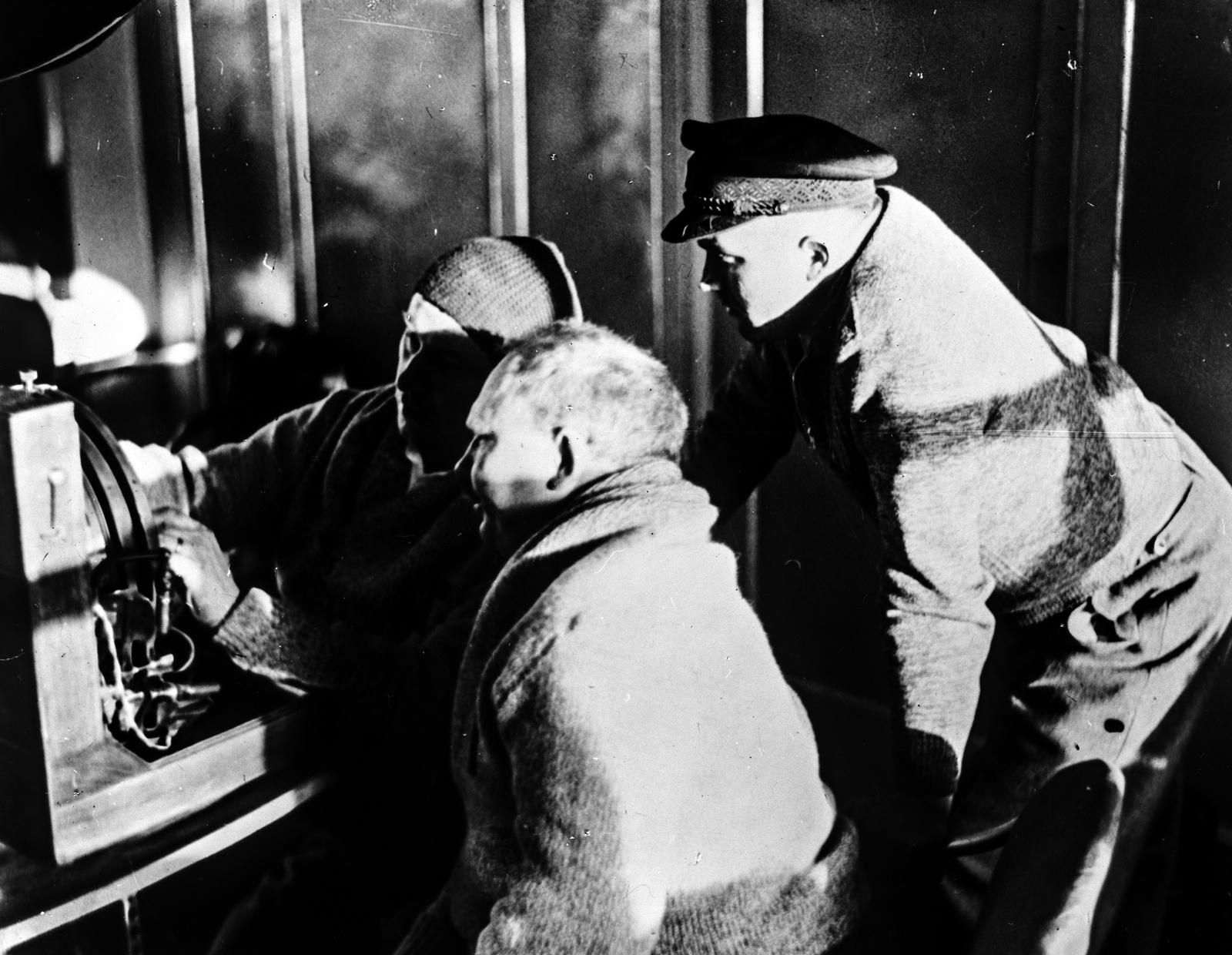 Июль 1931 года. Лейтенант Смит, профессор Молчанов и Г. Бауэр работают на вычислительном устройстве для астрономического определения местоположения дирижабля.
