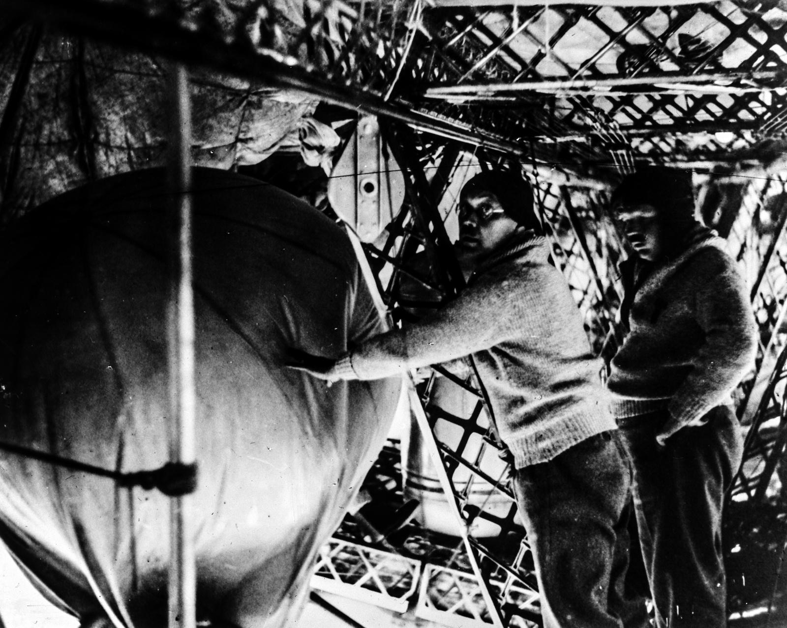 Июль 1931 года. Профессор Вейкман и профессор Молчанов во время запуска воздушных шаров.