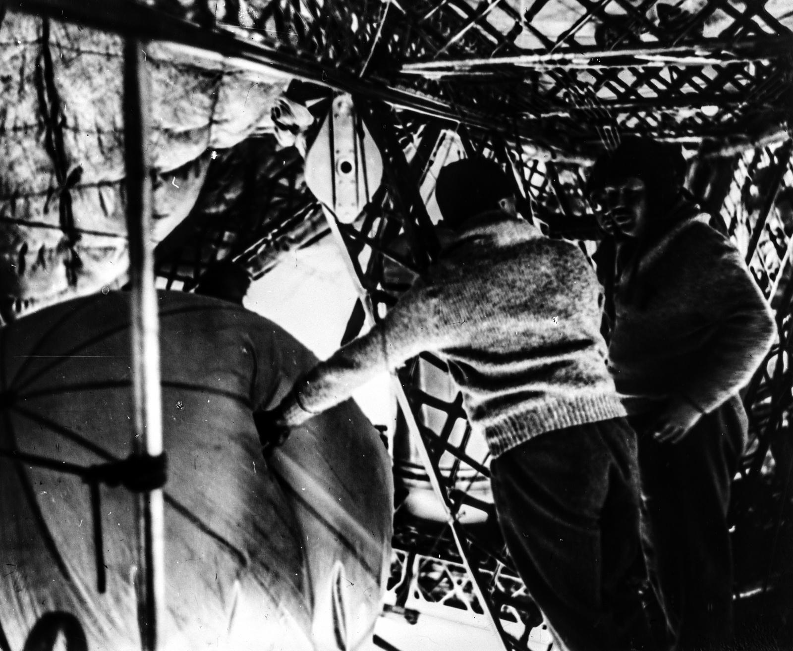 Июль 1931 года. Профессор Вейкман (Германия) и профессор Молчанов во время запуска воздушных шаров.