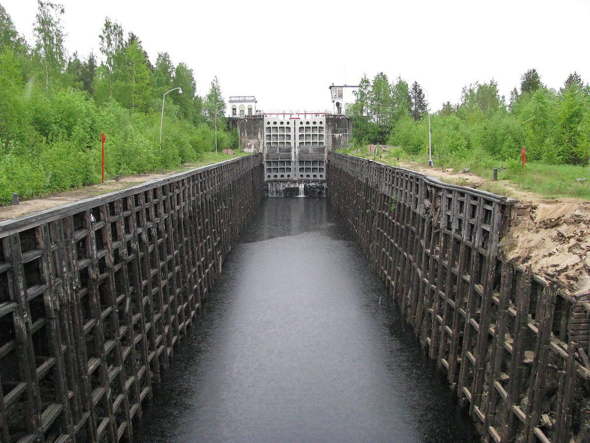 2008 год. Шаваньский шлюз до реконструкции. В 2010 году в ходе реконструкции стенки шлюза были заменены на бетонные.
