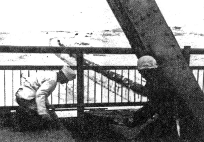 28 ноября 1941, утро. Немецкая передовая группа занимается разминированием Яхромского моста. Фото из книги Мантойфеля.
