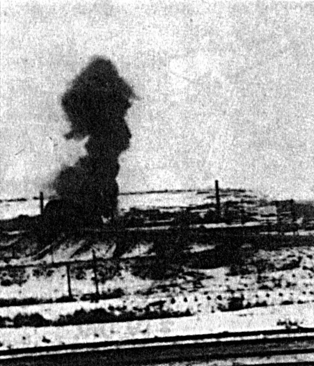 28 ноября 1941, первая половина дня. Из-за бомбардировки советскими самолётами загорелась текстильная фабрика. Фото со стороны Яхромы. Из книги Мантойфеля.