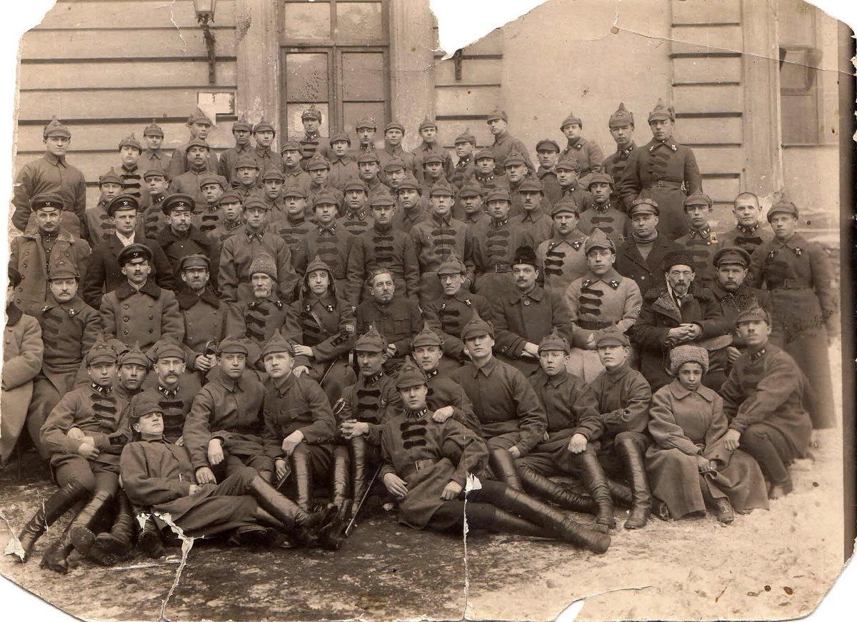 1922 год. 1-я рота батальона курсантов Военно-инженерной школы с преподавателями. Савелов Ф.М., выпускник МИИТ, - крайний справа в третьем ряду в ж/д шинели и фуражке. Фото из архива семьи Савеловых.