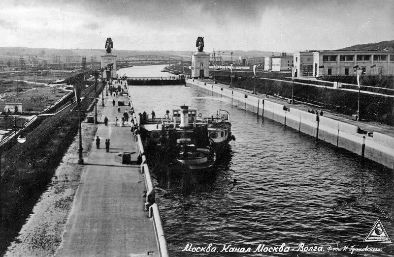 Фото конца 1930-х годов. Шлюз №3. На дальнем плане - Яхромский шоссейный мост.