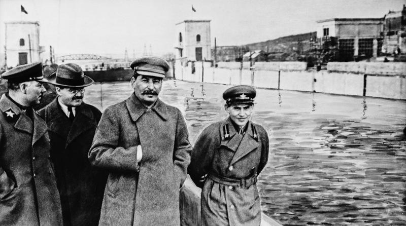 22 апреля 1937 года.Посещение Сталина со свитой шлюза №3. На дальнем плане Яхромский шоссейный мост.