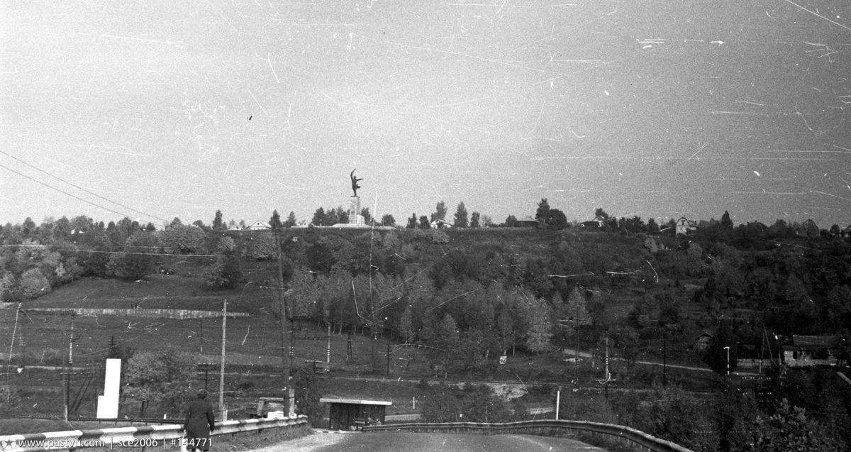 1979 год. Вид от Яхромского моста на восток, на Перемиловские высоты. Фото К.Соколова (www.pastvu.com).