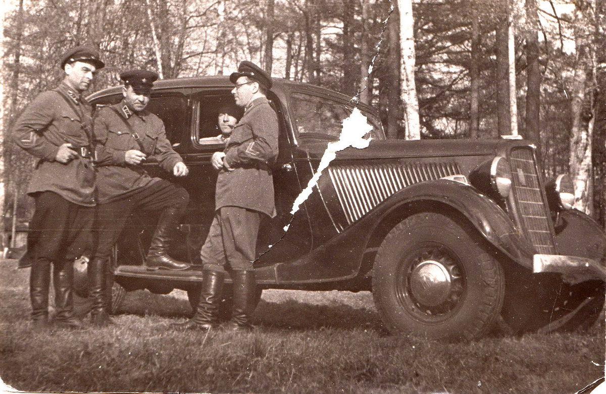 Участники будущих событий осени 1941 года: полковник Ф.М.Савелов (стоит по центру) и ГАЗ М-1. Лето 1941 года, Ленинградский военный округ. Фото из архива семьи Савеловых.