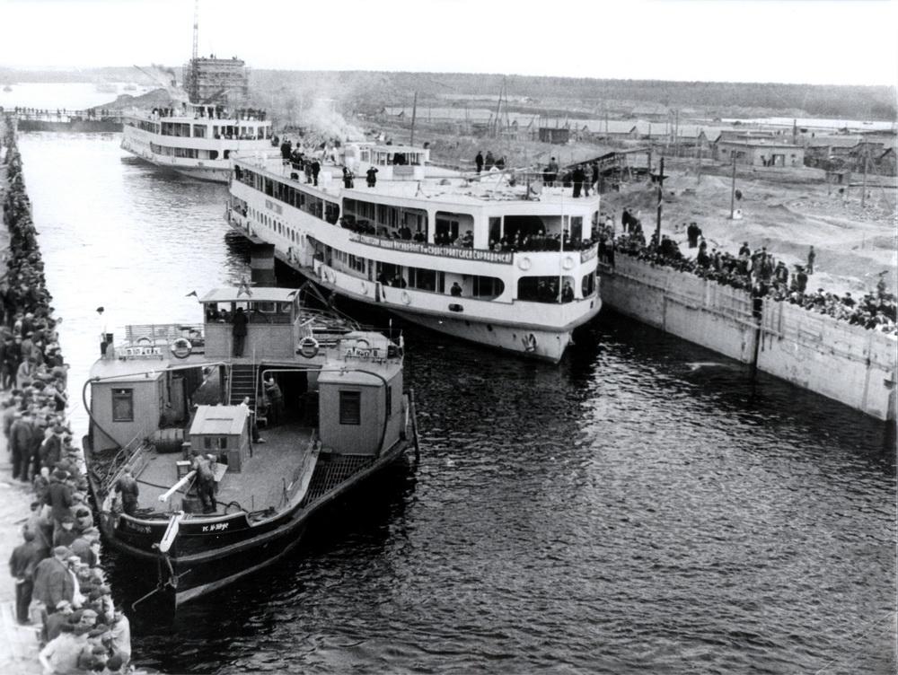 Первое шлюзование в шлюзе №1 (Волжском). Апрель 1937 года.