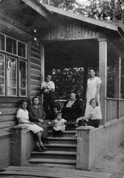 Семья Будасси вместе со знакомыми на крыльце своего дома в Химках. Из архива потомков Будасси.