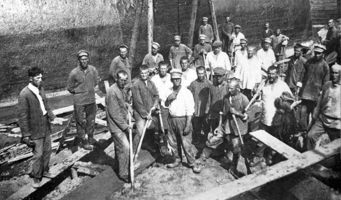 Забивка пазухи донного водоспуска реки Вязь, Пестово, Восточный район строительства.