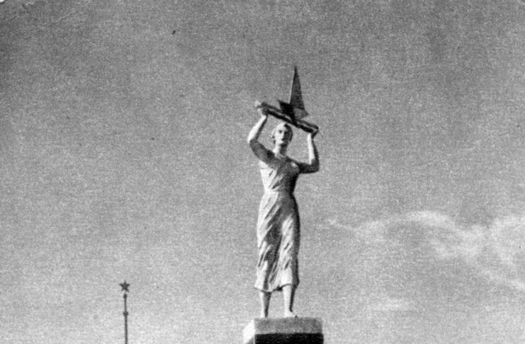 Москва. Сквер перед Химкинским речным вокзалом. Фото Г.Петрусова. ИзоГиз, 1954, тир.100000