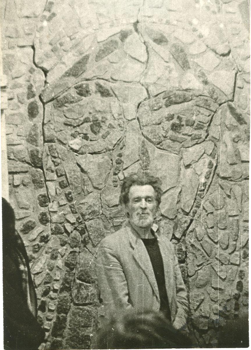 Б.П. Чернышёв на фоне мозаики. Москва, 1964 год.