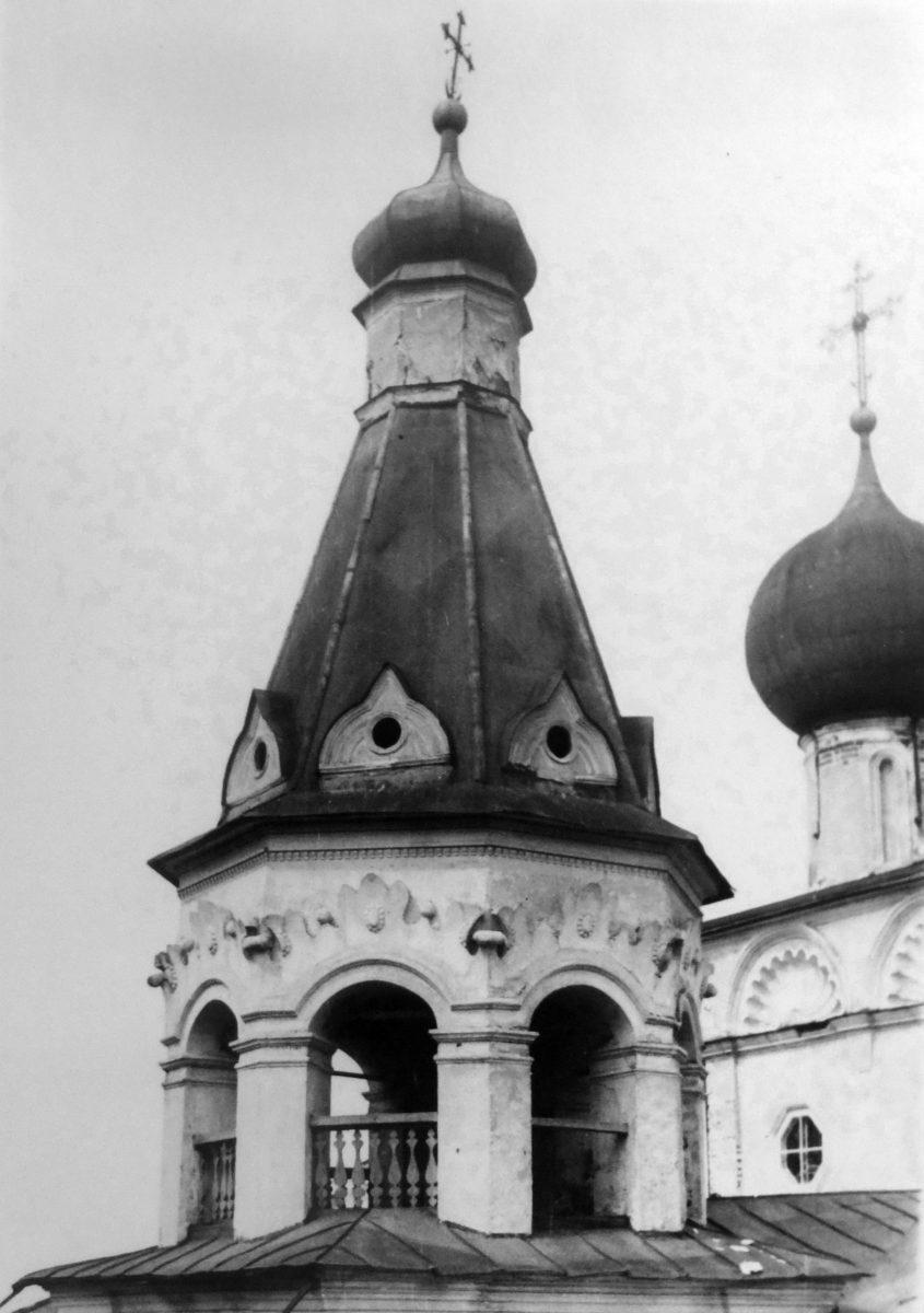 74. с.ЧАШНИКОВО. (1585-1688) 6 км от ст.Лобня Сав.ж.д. 16 мая 1948 года. Шатер колокольни с юго-запада