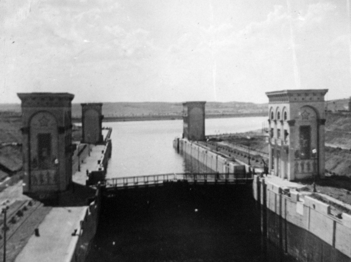 Шлюз №9 Верхние и средние башни управления. Вид с востока (Карамышевского моста). 1937-1938 годы.