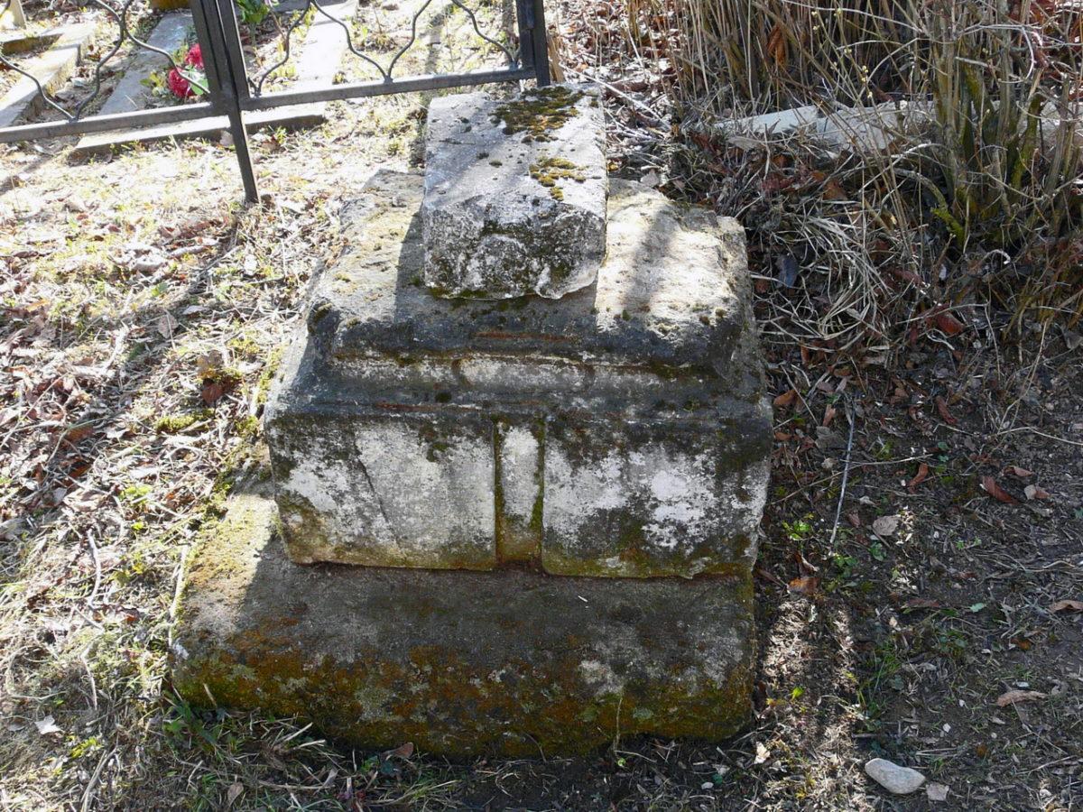 25 апреля 2011 года. Неизвестный старинный памятник на трахонеевском кладбище. Фото Д.Ю. Кувыркова.
